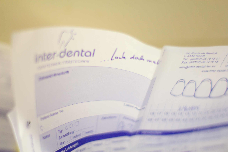 Auftragszettel von inter-dental an einer Auftragsschale.