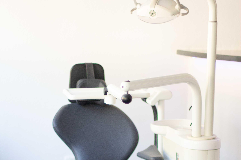 Lehrer, nicht besetzter Zahnarztstuhl mit Oberlicht.