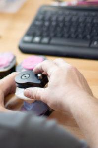 Techniker bereitet einen ausgegipsten Zanabdruck für den 3D-Scan vor.