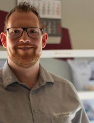Gesellschafter & Geschäftsführer Stephan Geib. Im Hintergrund ist ein Kalender sowie die Auftragsschallen zu erkennen.